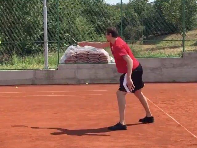 Boban joue au tennis
