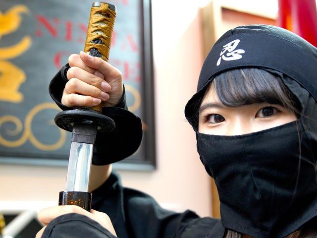 Tại quán bar Ninja của Tokyo, uống bia và ném Shuriken