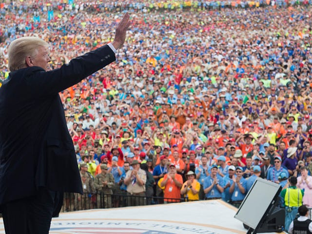 Trump Goads Boy Scouts a Boo Obama en el National Jamboree