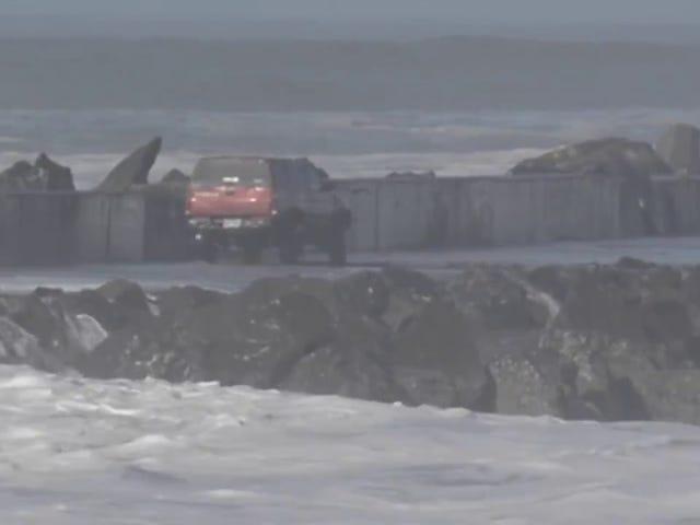 높은 서핑 자문 중 부두에 트럭을 운전하는 바보가 헬리콥터가 있어야합니다.