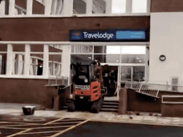 Arrasa la recepción de un hotel con una excavadora porque no le pagaban su salario