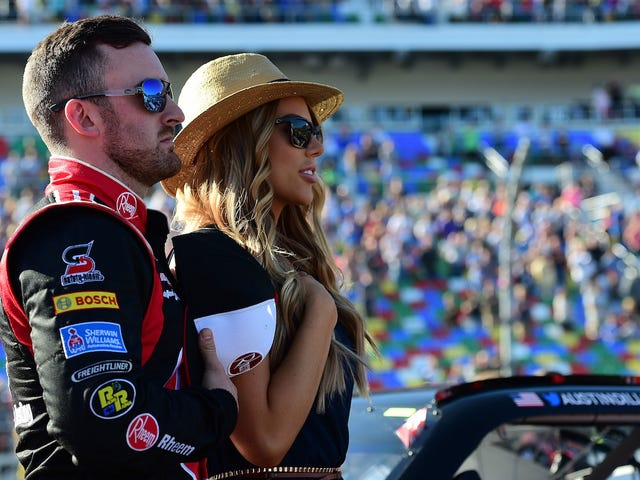 CMT está olhando para um reality show sobre os cônjuges da NASCAR
