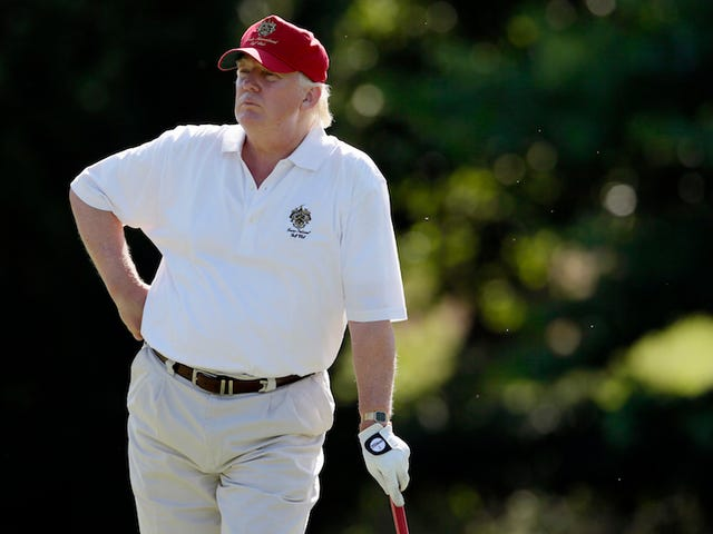 "Donald Trump comparte un tuit og el cual ""golpea"" en Hillary Clinton sammen med golfbanen"
