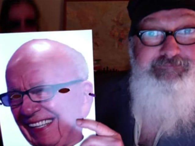 蘭迪·奎伊德(Randy Quaid)在戴魯珀特·默多克(Rupert Murdoch)面具的時候h抱妻子