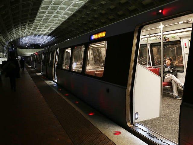 Un escritor que avergonzó a un trabajador de DC Metro por comer en el tren podría perder el acuerdo de publicación