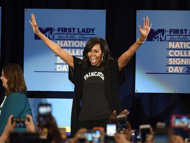 Michelle Obama och en mängd kändisar för att fira studenter som syftar till att nå högre