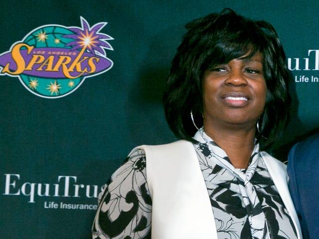 Tidligere LA Sparks General Manager Penny Toler påstår, at hun blev fyret for at have udsat seksuelle forhold inden for organisationen i eksplosiv retssag