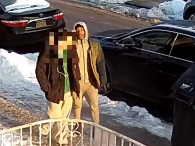 Teenager Fights Robber Trying to Steal Coat at Gunpoint