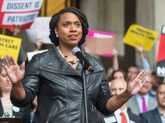 Ayanna Pressley เป็นสมาชิกสภาผู้แทนราษฎรผิวดำคนแรกของรัฐแมสซาชูเซตส์