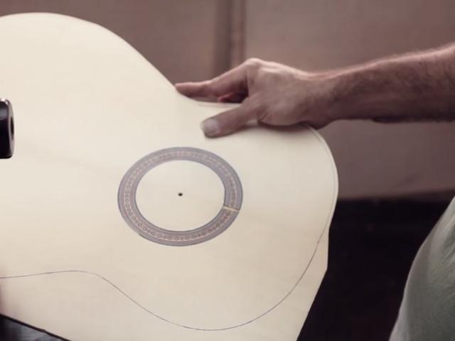 Relájate viendo el complicado y bello arte de crear guitarras flamencas