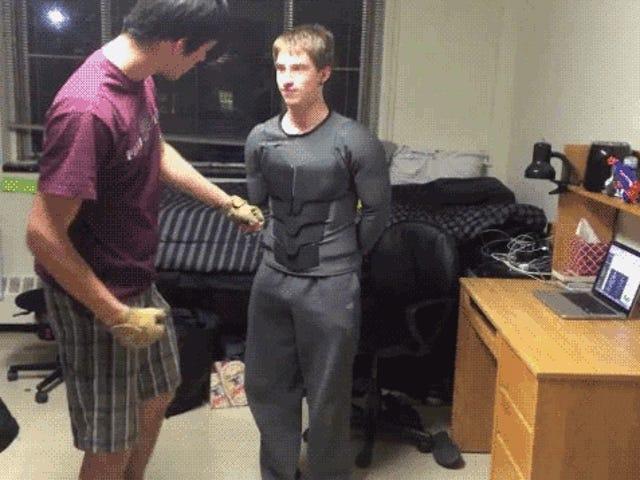 Real-Life-Batsuit mit Fäusten und Messern getestet