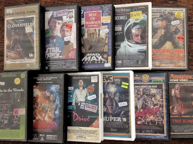 Een artiest heeft de totaal noodzakelijke taak vervuld om klassieke VHS-covers voor de moderne films te maken