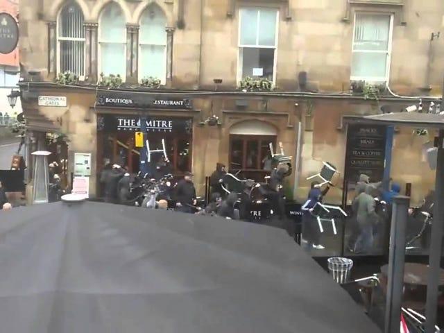 Dozzine di fan lanciano ogni sedia a Manchester a vicenda in una massiccia rissa