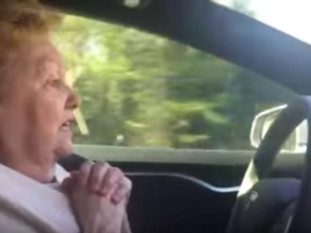 Годинники Tesla Model S Автопілот Налякають Bejesus з цієї милої 70-річної дами