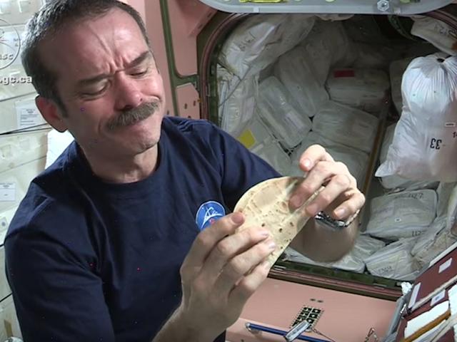 우주에서 굽는 것은 가장 맛있는 실험입니다.