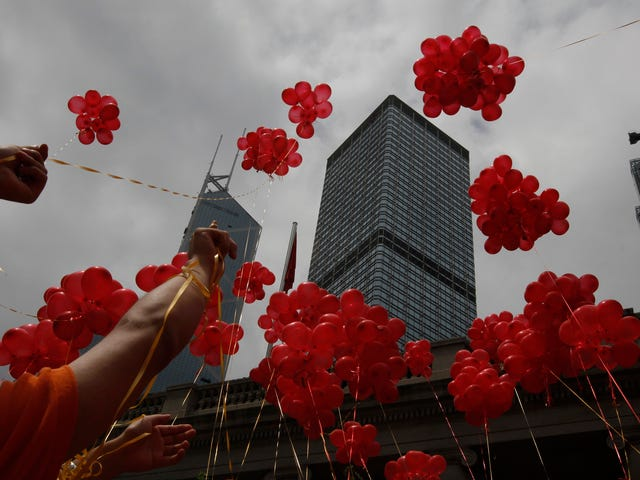 Reminder: Releasing Thousands of Balloons to Ring in the New Year Is an Awful Idea