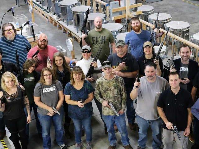 Una empresa de Estados Unidos regala una pistola a cada empleado para celebrar la Navidad