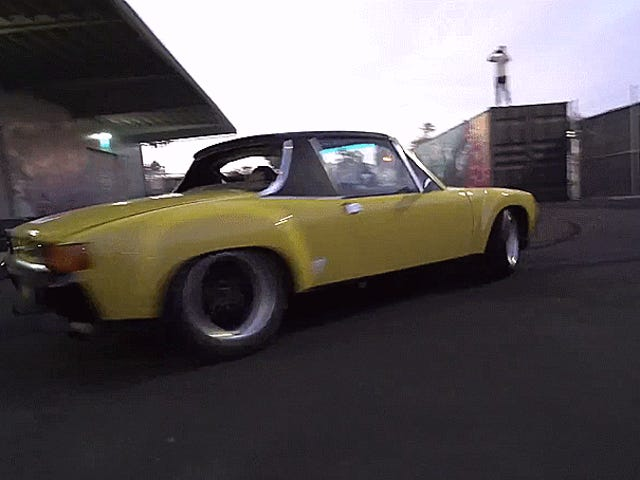 Maio a glória dos anéis de espuma deste Porsche amarelo 914-6 lava sobre sua alma com a alegria