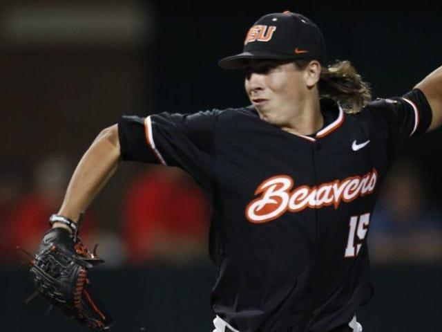 Luke Heimlich se démarque de l'équipe de baseball de l'Oregon State avant la série mondiale des collèges