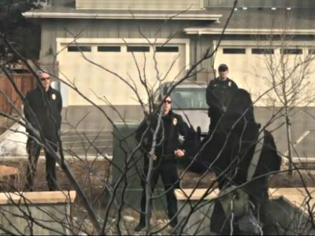 #PickingUpTrashWhileBlack: Полицейский из Колорадо подал в отставку после того, как нарисовал пистолет для человека, убирающего свой двор