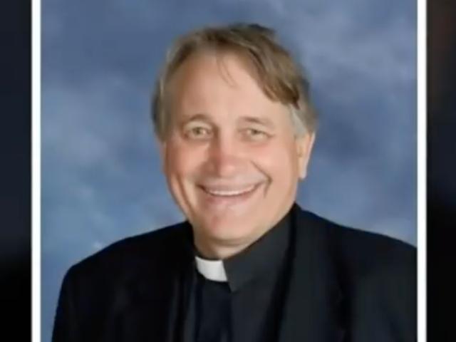 #MourningWhileBlack: Priest roept cops op zwarte begrafenisgangers, vertelt hen dat ze 'de hel uit de kerk halen'