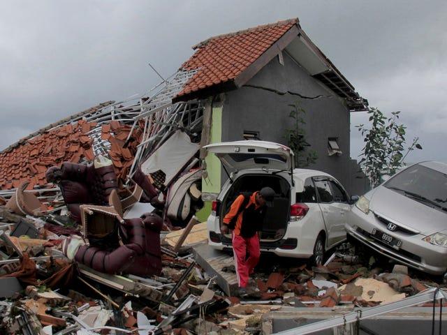 อย่างน้อย 222 คนตายหลังจากสึนามิถล่มอินโดนีเซียโดยคาดว่าจะมีผู้เสียชีวิตเพิ่มขึ้น