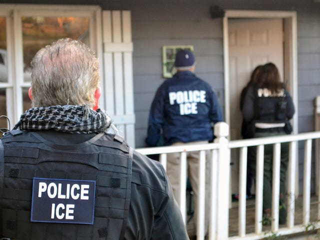 Агенти ICE арештовують жертву домашнього насильства в суді, де вона шукала захисний наказ