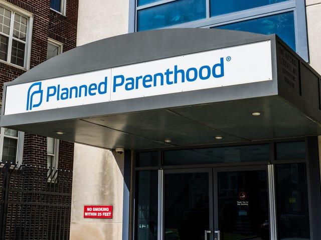 Dalam Defiance of Trump 'Gag Rule,' Planned Parenthood With With ditarik dari Judul X;  Wanita Berpenghasilan Rendah Kemungkinan Terkena