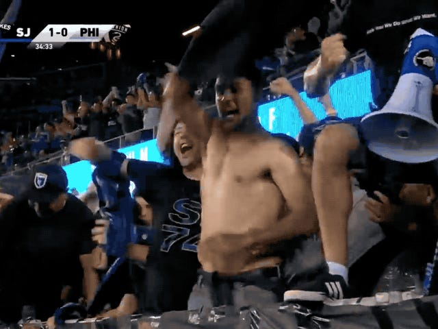 Shirtless, geschorste aanvaller Chris Wondolowski ging apeshit in de San Jose Supporters-sectie