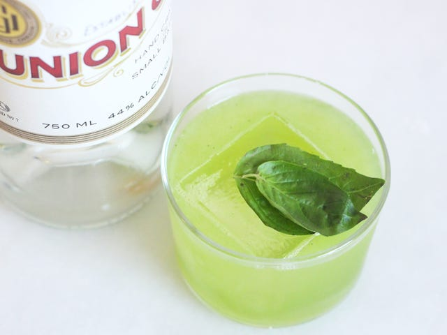 Combatir el mal invierno con una limonada de ginebra y albahaca