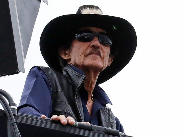 理查德佩蒂说他会发射任何在国歌和NASCAR中抗议的人,他并不孤单