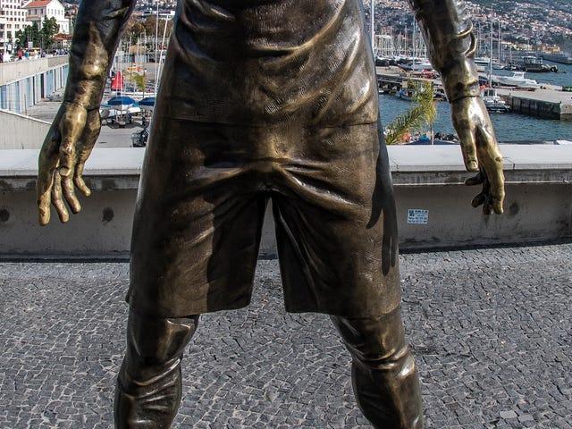 Inadvertidamente los polacos bombean en la escultura de Cristiano Ronaldo tocándola mucho
