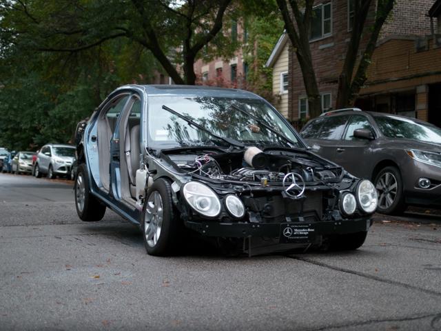 यह आपकी कार के लिए क्या होता है जब आप एक गति टक्कर मारते हैं