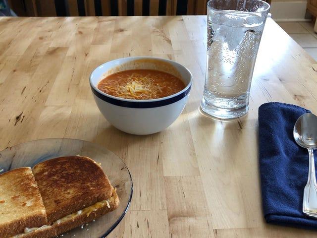 Найкращий сніжний день - це бутерброд з сиром на грилі та чаша томатного супу