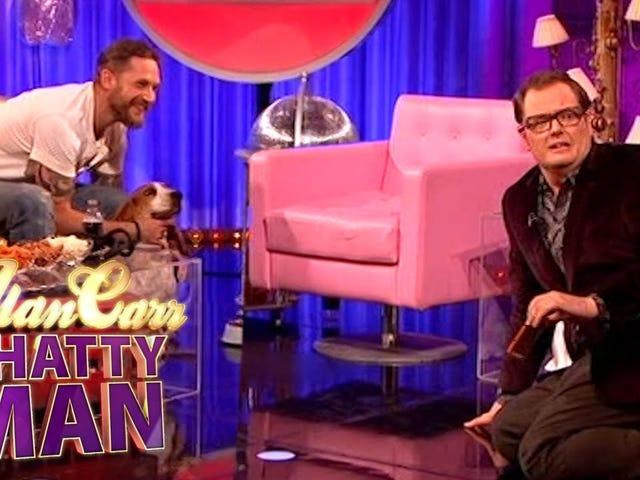 Tom Hardy traîne avec des chiens mignons