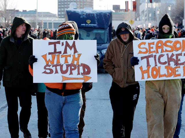 """Wonderful, Miserable Browns Fans Throw """"Perfect Season"""" Parade Through Cleveland"""