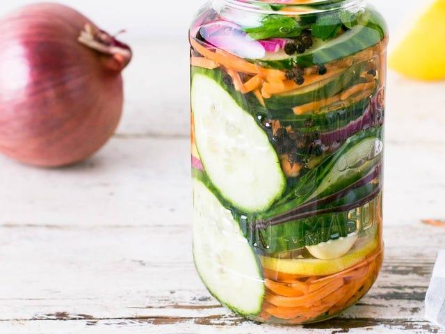 Haga encurtidos rápidos aún más rápido masajeando sus verduras