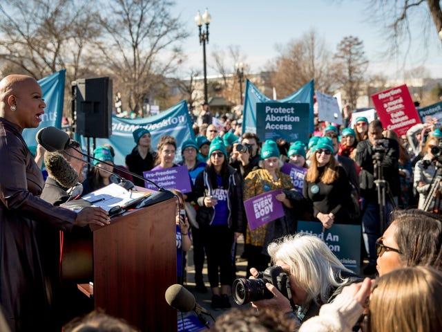 Saksikan: Rep Ayanna Pressley Menghadirkan Pidato yang Membangkang dalam Pertahanan Hak Reproduksi saat Roe v. Wade Menghadapi Tantangan Terbesarnya Namun