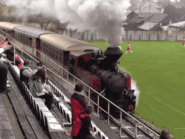 Bu Demiryolu Bir Futbol Alanından Geçiyor