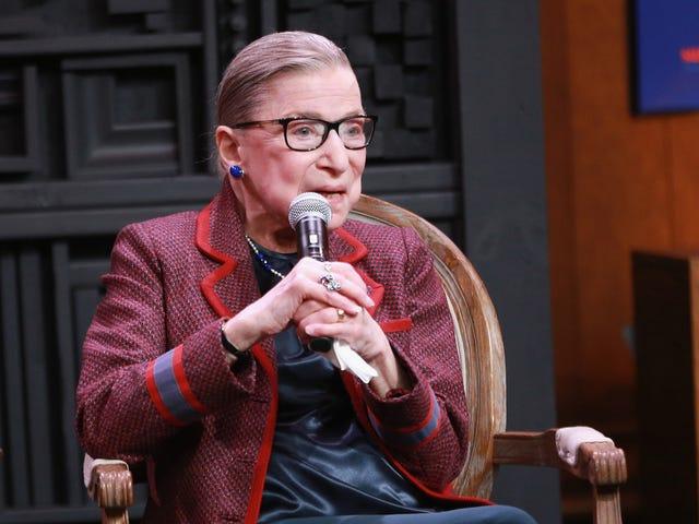 """Ruth Bader Ginsburg säger att hon stannar för """"minst 5 fler år"""""""