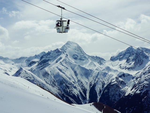 残念ながら今年は春が来ないので、まだスキーを片付けないで