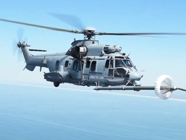 El escalofriante momento en queunaviónabastecede combustible aunforcópteromilitaren pleno vuelo