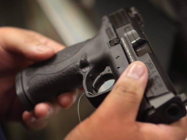 Insegnante Injures Studente dopo aver scaricato accidentalmente la sua pistola in classe