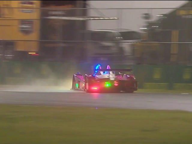 'Por favor, deja de golpear cosas rosadas' El automóvil termina con una bandera amarilla molesta y larga