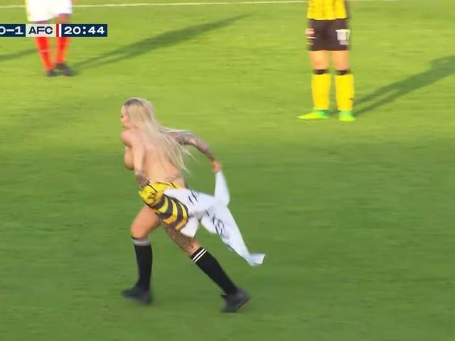 Hollandalı futbol taraftarları alan üzerinde çalıştırmak ve rakipleri dağıtmak için Stripper kiralama