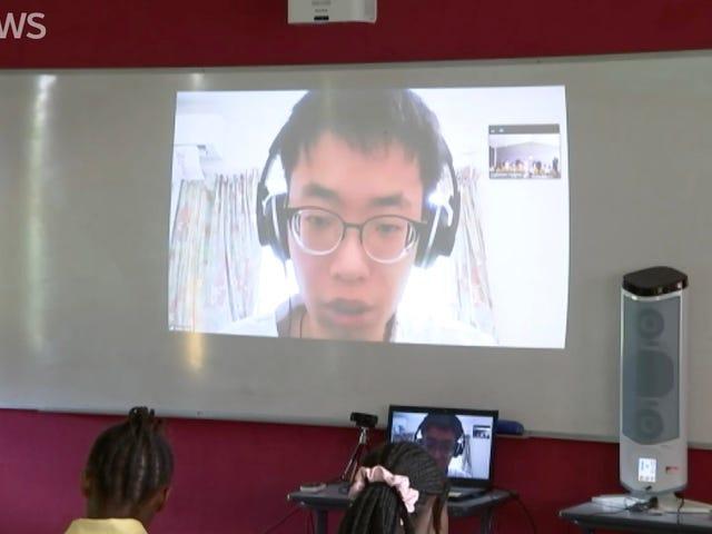 Nauczyciel w szkole średniej prowadzi klasę za pośrednictwem wideochat podczas kwarantanny koronawirusa