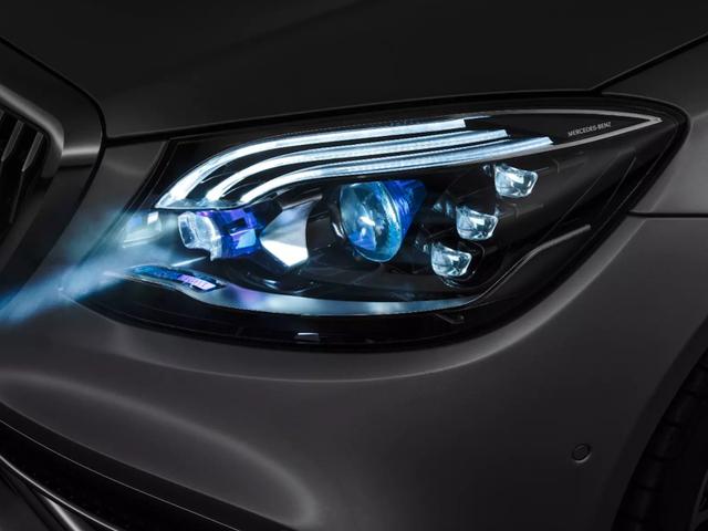 Los nuevos Mercedes Clase-S no tienen faros, sino proyectores que muestran imágenes sobre la carretera