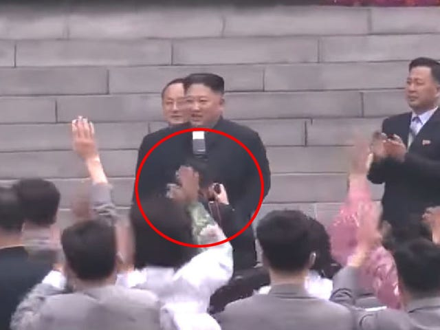 El fotógrafo personal de Kim Jong-un se queda sin trabajo por tapar el cuello del líder brevemente con el flash