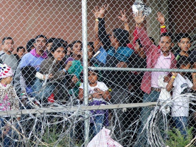 Homeland Security va commencer à tester son ADN sur les demandeurs d'asile alors qu'elle tente de faire disparaître la tactique alarmiste des «fausses familles»