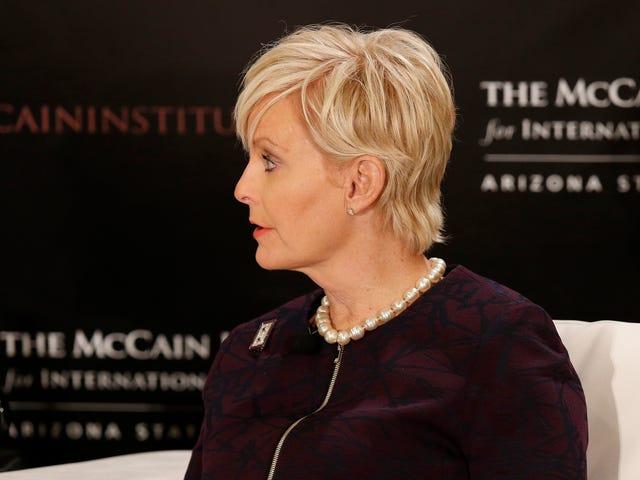 Cindy McCain si scusa dopo essere stato sorpreso a mentire per contrastare la tratta di esseri umani